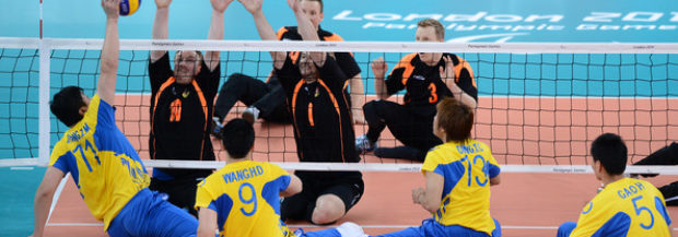 Idrottsskolan provar på sittande volleyboll